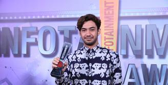 Dunia akting dan perfilman bukanlah hal yang asing bagi Reza Rahadian. Telah berkecimpung selama 11 tahun, Reza pun sangat pantas dinobatkan sebagai Celebrity of The Year di Infotainment Awards 2017. (Adrian Putra/Bintang.com)