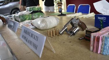 Senjata api dan peluru tajam serta barang bukti kasus narkoba yang disita Polresta Pekanbaru dari dua pemuda.