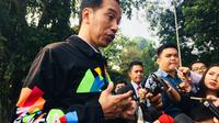 Presiden Jokowi mengenakan jaket Asian Games saat menerima 272 perwakilan siswa-siswi OSIS SMA berprestasi se-Indonesia di Istana Kepresidenan Bogor.