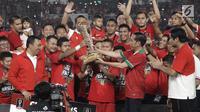 Presiden Jokowi menyerahkan Piala Presiden kepada Kapten Persija Jakarta Ismed Sofyan usai laga final melawan Bali United di Stadion Utama GBK, Senayan, Jakarta, Sabtu (17/2). Persija menang 3-0 atas Bali United. (Liputan6.com/Arya Manggala)