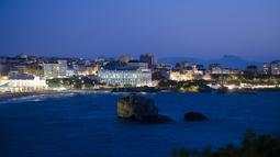 Pusat kota dengan tempat pertemuan G7 Le Bellevue (tengah) di Biarritz, Prancis barat daya (21/8/2019). Para pemimpin negara-negara G7 akan bertemu Sabtu selama tiga hari di kota resor Biarritz di barat daya Prancis. (AP Photo/Markus Schreiber)
