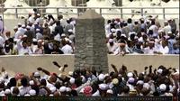 Jemaah melakukan prosesi pelembaran jumrah di Mina. | via: youtube.com