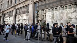 Orang-orang antre di luar toko Niketown di London, Senin (15/6/2020). Antrean panjang terjadi di luar toko-toko yang berada di sejumlah kota di Inggris saat negara itu melakukan pelonggaran lockdown dan mulai membuka pusat perbelanjaan. (AP/Matt Dunham)