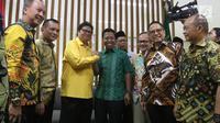 Ketum Partai Golkar Airlangga Hartarto berjabat tangan dengan Ketum PPP Romahurmiziy di Kantor DPP PPP, Jakarta, Kamis (28/6). Airlangga tiba di Kantor DPP PPPP sekitar pukul 17.00 WIB. (Liputan6.com/Arya Manggala)