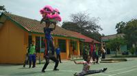 Siswa dari SLB Budi Utama Cirebon semangat berlatih untuk persiapan mengikuti rangkaian perayaan Imlek di Cirebon. Foto (Liputan6.com / Panji Prayitno)