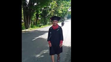 Penuhi Nazar, Chairul Ma'atini, mahasiswa Universitas Negeri Gorontalo (UNG) yang berjalan kaki sejauh 62 kilometer. (Liputan6.com/Arfandi Ibrahim)