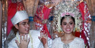 Presenter kocak Nycta Gina resmi menjadi istri Rizky Kinos. Keduanya telah sukses melewati prosesi akad nikah yang dilangsungkan di Gedung Arsip Nasional, Jalan Gajah Mada, Taman Sari, Jakarta Barat pada Minggu, 2 Agustus 2015. )Deki Prayoga/Bintang.com)