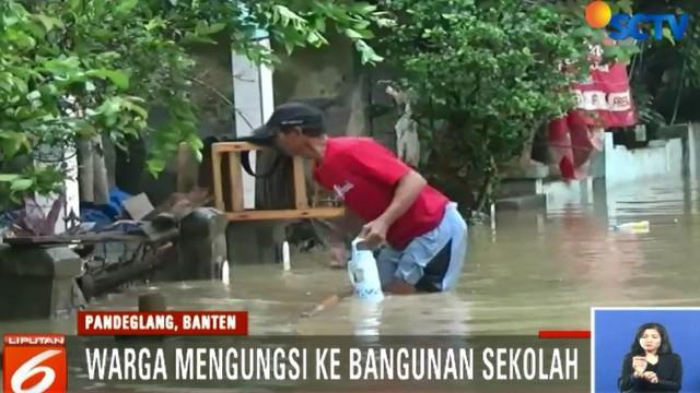Meski demikian, sebagian warga tidak mengungsi dan terus berusaha membersihkansisa-sisa sampah yang terseret air saat banjir.