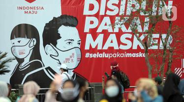 """Baliho Gerakan Kampanye Masker Nasional """"Jangan Kendor, Disiplin Pakai Masker"""" terlihat di Gelora Bung Karno, Jakarta (30/8/2020). Pemerintah melalui Menko Perekonomian, Menpora, BNPB membagikan masker dan mengkampanyekan gerakan tersebut kepada warga. (Liputan6.com/Johan Tallo)"""