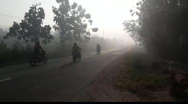 Kabut asap yang terjadi di wilayah Kolaka Timur, menganggu aktifitas minum kopi warga, Minggu (8/9/2019) pukul 8.30 Wita.(Liputan6.com/Ahmad Akbar Fua)