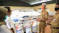 Gubernur Jawa Tengah, Ganjar Pranowo melakukan tinjauan ke gudang Bulog Banaran Delanggu Klaten pada hari Senin (29/3/2021).