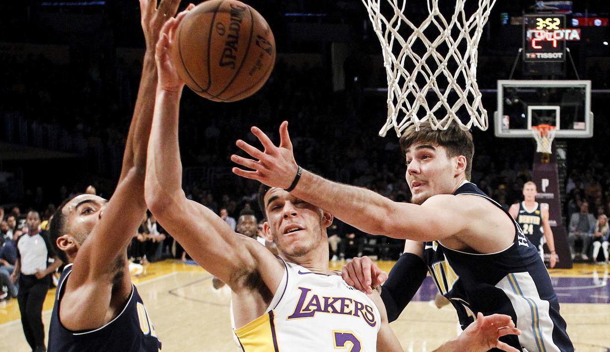 Pemain Los Angeles Lakers, Lonzo Ball (tengah) berebut bola dengan dua pemain Denver Nuggets pada laga NBA basketball game di Staples Center, Los Angeles, (19/11/2017). Lakers menang 127-109. (AP/Ringo H.W. Chiu)
