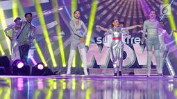 "Diva Tanah Air, Rossa menghibur penonton pada Konser ""Smartfren Wow"" di Istora Senayan, Jakarta, Jumat (20/9/2019). Tak sendiri, Rossa yang mengenakan kostum silver menyala pun ditemani para dancer di atas panggung. (Liputan6.com/Herman Zakharia)"