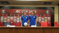 Pelatih Shan United, Aung Naing, dan  Zin Min Tun (pemain) dalam sesi konferensi pers jelang melawan Persija dalam laga terakhir Grup G Piala AFC 2019, Selasa (14/5/2019). (Bola.com/Zulfirdaus Harahap)
