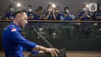 Para kader menyaksikan Ketua Umum Partai Demokrat Agus Harimurti Yudhoyono (AHY) konferensi pers terkait KLB Partai Demokrat di DPP Pusat Partai Demokrat, Jakarta, Jumat (5/3/2021). AHY merespons KLB Partai Demokrat yang menetapkan Moeldoko sebagai ketua umum. (Liputan6.com/Faizal Fanani)