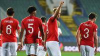 Striker Inggris, Harry Kane, merayakan gol yang dicetaknya ke gawang Bulgaria pada laga Kualifikasi Piala Dunia 2020 di Stadion Vasil Levski, Sofia, Senin (14/10). Bulgaria kalah 0-6 dari Inggris. (AFP/Nikolay Dychinov)