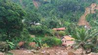 Sampai saat ini, sebanyak 11.309 warga masih mengungsi akibat tempat tinggal mereka hancur dan terancam longsor. (Foto: Achmad Sudarno)