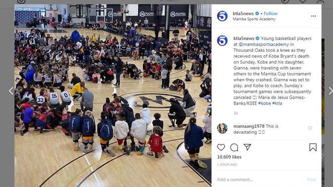 Para pebasket muda berlutut sesaat mendengar berita kematian Kobe Bryant (Instagram/ktla5news)