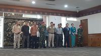 23 anggota tim evakuasi Diamond Princess, di Gedung VIP Terminal 1, Bandara Internasional Soekarno Hatta, Jumat (28/2/2020). (Liputan6.com/Pramita Tristiawati)