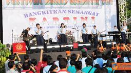 Citizen6, Cilangkap: Panglima TNI Laksamana TNI Agus Suhartono, menghadiri acara olahraga bersama dan Festival Band Wanita TNI 2012 di Lapangan Parkir GOR Ahmad Yani Mabes TNI Cilangkap, Jumat (13/4). (Pengirim: Badarudin Bakri)