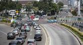Sejumlah kendaraan melintas di Jalan Merdeka Barat, Jakarta, Rabu (19/6/2019). Hari ini jalan tersebut dibuka untuk umum di tengah berlangsungnya sidang ketiga sengketa Pilpres 2019. (Liputan6.com/Faizal Fanani)