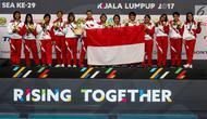Atlet polo air putri Indonesia merayakan kemenangan usai mengalahkan atlit polo air putri Malaysia  di National Aquatic Center, Kuala Lumpur, Malaysia, Sabtu (19/8). Indonesia  meraih medali perunggu dari cabang ini. (Liputan6.com/Faizal Fanani)