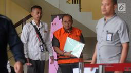 Kepala Dinas Pendidikan Kabupaten Cianjur Cecep Sobandi (tengah) usai menjalani pemeriksaan di Gedung KPK, Jakarta, Selasa (2/4). Cecep Sobandi diperiksa sebagai tersangka terkait dugaan gratifikasi atau suap Dana Alokasi Khusus (DAK) Pendidikan Kabupaten Cianjur TA 2018. (merdeka.com/Dwi Narwoko)