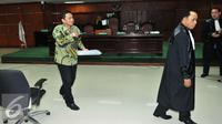 Mantan Kadishub DKI Jakarta Udar Pristono usai menjalani sidang putusan vonis di Pengadilan Tipikor, Jakarta, Rabu (23/09/2015). Majelis Hakim memutuskan Udar bersalah dan menjatuhkan hukuman 5 tahun penjara. (Liputan6.com/Andrian M Tunay)