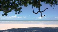 Pantai Pasir Panjang Karang Bersulam yang berada di Dusun Malar, Desa Mepar hingga saat ini masih minim peminat. (ruzi/batamnews)