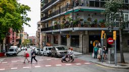 Warga terlihat menyeberang jalan di Barcelona, Spanyol (25/6/2020). Spanyol juga telah membuka kembali perbatasan bagi kedatangan dari negara-negara Uni Eropa serta kawasan Schengen. (Xinhua/Balai Kota Barcelona)