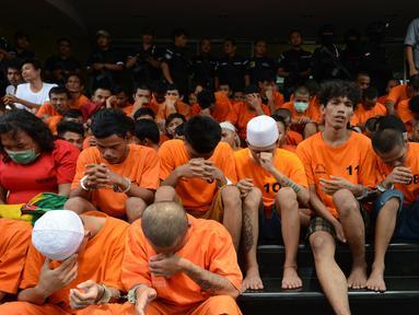 Para tersangka dihadirkan dalam gelar perkara kejatahan wilayah Jabodetabek di Polda Metro Jaya, Jakarta, Jumat (15/3). Tim Antibandit Polda Metro Jaya menangkap 181 tersangka dalam operasi Cipta Kondisi pada 11-15 Maret 2019. (merdeka.com/Imam Buhori)