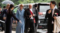 Presiden Jerman Frank-Walter Steinmeier dan istrinya Elke Budenbender tiba untuk menghadiri upacara penobatan Kaisar Naruhito di Istana Kekaisaran, Tokyo, Jepang, Selasa (22/10/2019). Kaisar Jepang Naruhito akan menjalani rangkaian ritual penobatan resmi kekaisaran hari ini. (Carl Court/POOL/AFP)