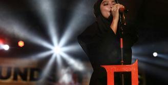 Belakangan ini Tantri Kotak menjadi perhatian publik. Pasalnya penyanyi kelahiran 9 Agustus 1989 ini tampil berhijab saat konser di Purwokerto beberapa waktu lalu. (Foto: instagram.com/tantrisyalindri)