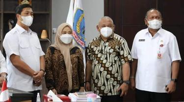Wagub Sulut Steven Kandouw didampingi Asisten II Praseno Hadi dan Kepala Dinas Pariwisata Henry Kaitjily menerima kunjungan Mister Aladin di ruang kerjanya, Rabu (19/5/2021).