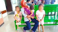 IRT curi sawit bersama tiga anaknya di ruang tunggu Pengadilan Rokan Hulu karena dilaporkan mencuri sawit milik PTPN V. (Liputan6.com/Istimewa/M Syukur)