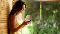Sebuah tawa memang tak bisa lepas sewaktu kamu ngobrol di chat atau pesan online.