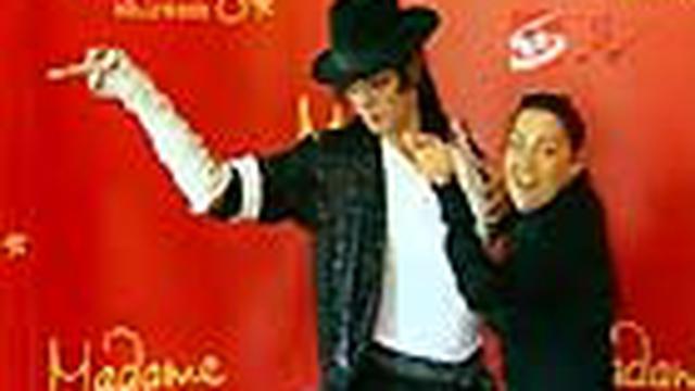 Sehari sebelum peringatan setahun kematian Raja Musik Pop Michael Jackson, para penggemar menyerbu Forty-second Street tempat Museum Madame Taussaud di Los Angeles, AS, untuk melihat dari dekat patung lilin Jacko.