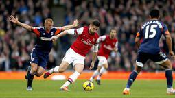 Duel Olivier Giroud Steve mempertahankan bola dari Steve Sidwell pada pertandingan sepak bola Liga Inggris antara Arsenal vs Fulham di Stadion Emirates, London (18/01/14). (AFP/Adrian Dennis)