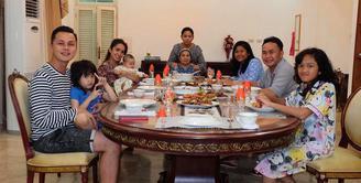 Ussy Sulistiawaty mengajak Andhika Pratama dan keempat anak mereka bertemu Sugianto Sabran, mantan suaminya. Mantan suami istri dengan keluarga baru itu terlihat rukun di meja makan. (instagram.com/ussypratama)