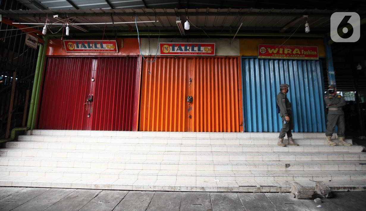 Petugas Satpop PP berjaga di kawasan Pasar Tanah Abang, Jakarta, Rabu (7/7/2021). Satpol PP melakukan penjagaan di seluruh Pasar Tanah Abang mengantisipasi pedagang yang membandel tetap berjualan saat diberlakukannya PPKM Darurat. (Liputan6.com/Angga Yuniar)