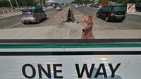 Kendaraan melintas di ruas tol yg diberlakukan one way setelah Gerbang Tol Cikampek Utama, Jawa Barat, Kamis (30/5/2019). Pengaturan arus lalulintas satu arah  diberlakukan hari ini dari jam 09.00 sampai 21.00 WIB. (Liputan6.com/Herman Zakharia)