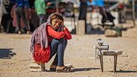 Seorang gadis Suriah yang terlantar menunggu pelanggan membawa buncis untuk digiling selama bulan suci Ramadan di kamp Washukanni untuk para pengungsi internal di provinsi Hasakeh di timur laut Suriah, (10/5/2020). (AFP/Delil Souleiman)