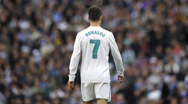 Bintang Real Madrid, Cristiano Ronaldo, tampak kecewa usai gagal mengalahkan Atletico Madrid pada laga La Liga Spanyol di Stadion Santiago Bernabeu, Madrid, Minggu (8/4/2018). Kedua klub bermain imbang 1-1. (AFP/Gabriel Bouys)