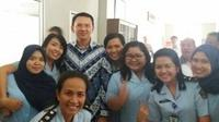 Ahok saat berfoto bersama petugas rutan Cipinang (Bullfront/twitter.com)