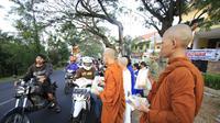 Calon biksu di Kota Batu, Jawa Timur, merayakan Waisak dengan membagikan takjil  (Liputan6.com/Zainul Arifin)