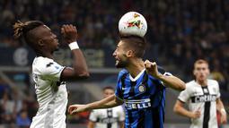 Gelandang Inter Milan, Roberto Gagliardini, duel udara dengan pemain Parma, Yann Karamoh, pada laga Serie A 2019 di Stadion Giuseppe Meazza, Sabtu (26/10). Kedua tim bermain imbang 2-2. (AP/Antonio Calanni)