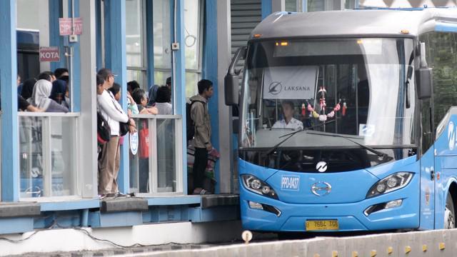 Bus tambahan akan dioperasikan di rute 'gemuk'. Seperti koridor 1 Blok M - Kota dan koridor 5 Ancol - Kampung Melayu.