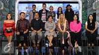 Direktur SCM, Harsiwi Achmad (tengah) berpose dengan sejumlah artis pendukung saat jumpa pres Konser Raya 22 Tahun Indosiar bertabur bintang di SCTV TOWER, Jakarta, Selasa (20/12). (Liputan6.com/Herman Zakharia)