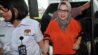 Anggota DPR RI F-Partai Hanura Dewie Yasin Limpo dikawal petugas saat tiba di Gedung KPK, Jakarta, Selasa (27/10). Dewie menjalani pemeriksaan perdana sebagai tersangka kasus dugaan suap proyek pembangkit listrik di Papua. (Liputan6.com/Helmi Afandi)