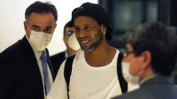 Ronaldinho dan Roberto Assis telah menghabiskan waktu selama 32 hari di dalam penjara. (AP Photo/Jorge Saenz)